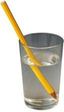Debido a la diferente velocidad de la luz el lápiz parece romperse