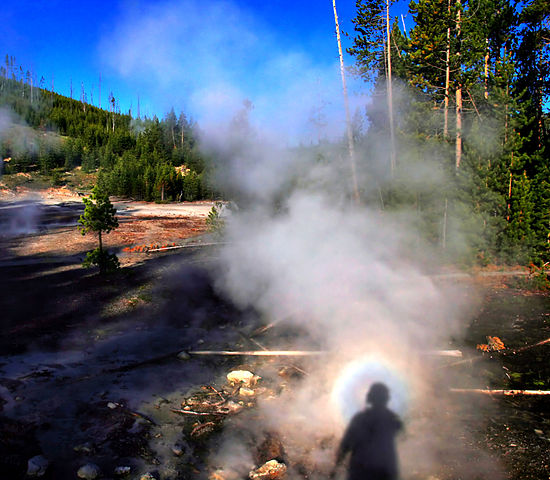 550px-Solar_glory_at_the_steam_from_hot_spring